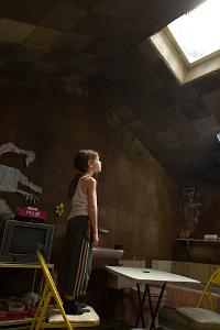 Jack sieht durch das Oberlicht in Raum