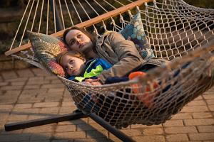 Jack und seine Mutter liegen einer Hängematte